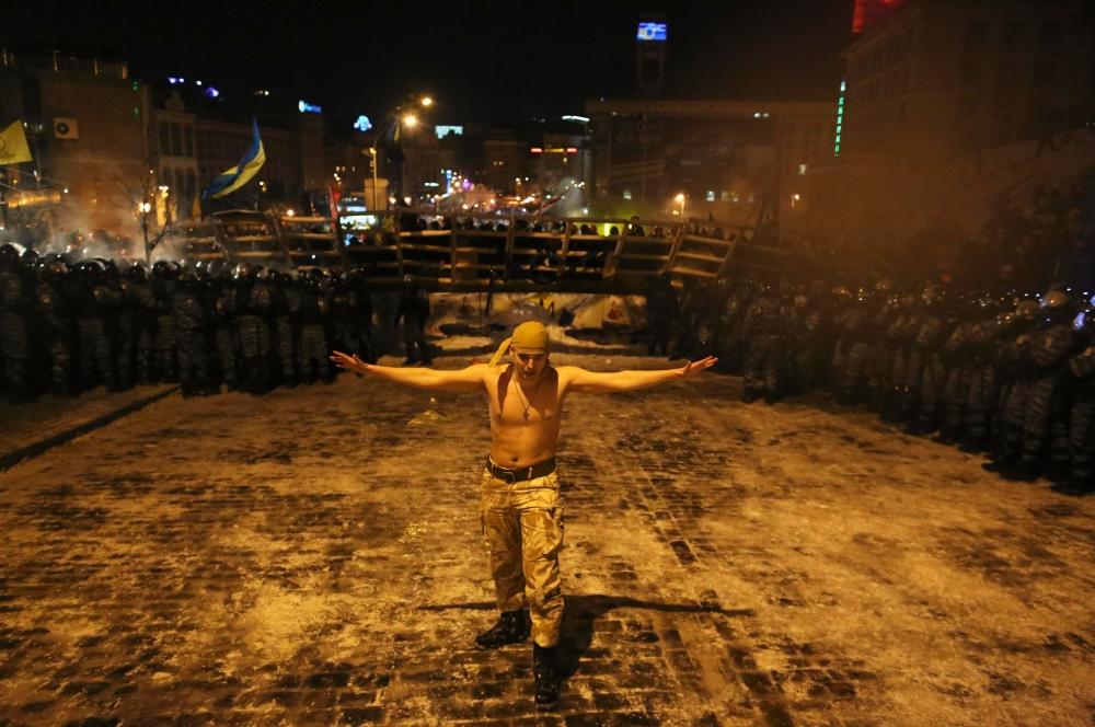 В это же время появились сообщения о том, что отряд «Беркут» приступил к штурму киевской мэрии, однако позже представители оппозиции, находящиеся внутри здания, опровергли эти данные.