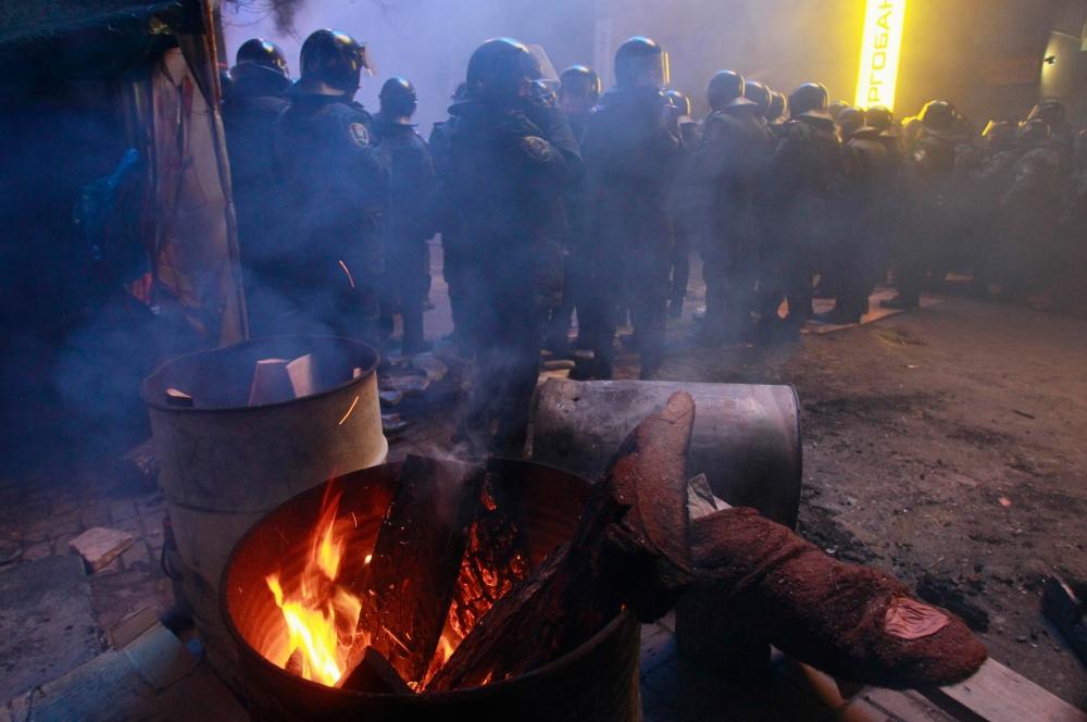 К утру МВД Украины сообщило, что баррикады на Майдане Незалежности и у Институтской улицы полностью снесены. Позже было объявлено о том, что милиции удалось уничтожить почти все палатки активистов и на Михайловской площади.