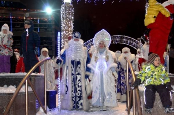 Наконец Деды Морозы и Снегурочки из Югры, Тобольска, Перми, Архангельской области и Ямала показались на площади.