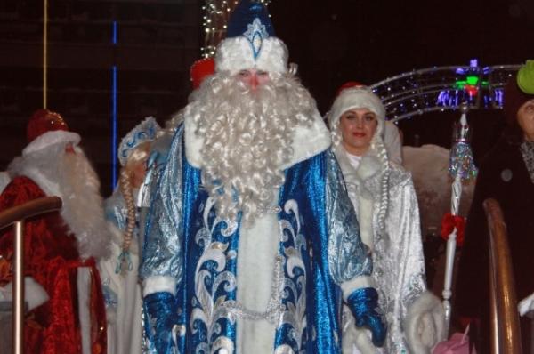 Сказочные волшебники в красочных костюмах вызывали бурю эмоций у детишек, наблюдающих за шествием.