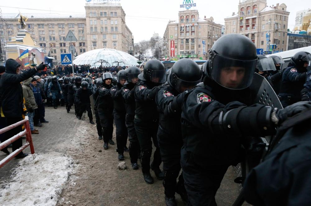 К десяти утра по московскому времени спецподразделение «Беркут» было снято с оцепления Майдана Незалежности, однако на площади остались две шеренги сотрудников Внутренних войск Украины.