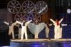 Пока главные гости праздника готовились к выходу, на сцене показались помощники Деда Мороза – снеговики.