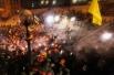 Митингующие пытались удержать металлические заграждения, однако это не помешало сотрудникам правоохранительных органов пробиться на территорию палаточного городка оппозиции на Майдане Незалежности.