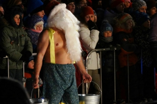 Пришлось Дедам Морозам показать могучую силушку. Какой же настоящий Дед Мороз боится холода!