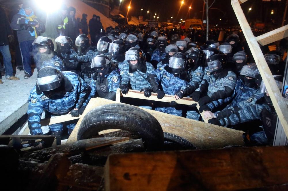 Пробившись на площадь силовики приступили к разбору баррикад, сооружённых демонстрантами, чтобы обеспечить более свободный доступ к территории. Также был уничтожен палаточный городок.