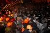 Силовики штурмовали площадь с двух сторон. «Беркут» атаковал митингующих со стороны улицы Михайловской, а внутренние войска - со стороны Европейской площади. В операции также были задействованы бойцы спецподразделения «Гепард».