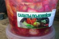 В полуподвальном помещении было обнаружено более 200 бочек с солениями. Уличные животные имели к корейским солениям открытый доступ