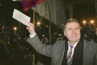 Владимир Жириновский голосует на выборах депутатов Совета Федерации, Государственной думы ФС РФ, московской городской думы, 12 декабря 1993 года.