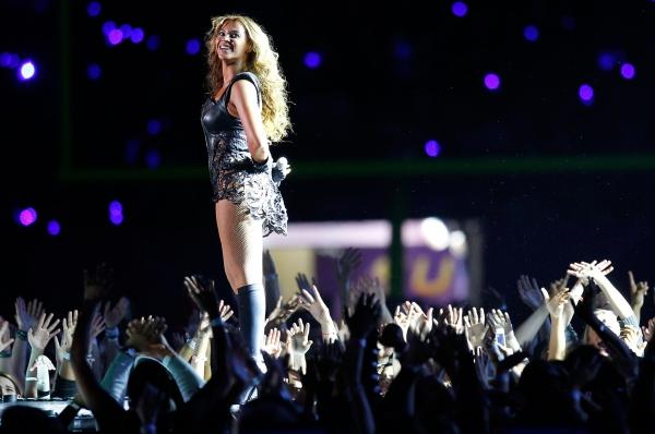 Бейонсе в этом году приняла участие в успешном турне Mrs. Carter World, а также заключила несколько выгодных рекламных контрактов. Деятельность певицы в общей сложности принесла ей 53 миллиона.
