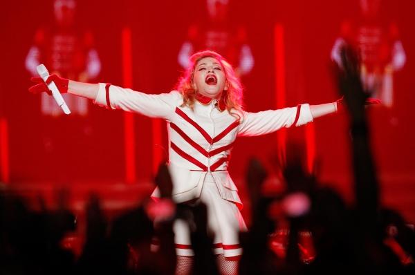 Список самых высокооплачиваемых певиц года возглавила Мадонна – она заработала 125 миллионов долларов. Её успех во многом связан с прибылью от мирового турне MDNA, а также с продажей одежды под брендом Material Girl.