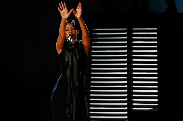 Рианна за год дала более 40 концертов, а также выпустила альбом «Unapologetic», что вместе с доходов от продаж синглов и рекламными контрактами принесло ей 43 миллиона долларов.