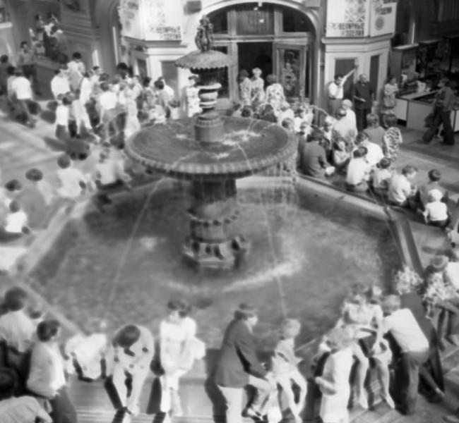 Фонтан в центре ГУМа, 1974 год.