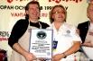 Олег Рыбкин и Влад Копылов держат сертификат о присвоении рекорда