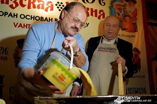 Джангуидо Бреддо добавляет специальный соус для сациви