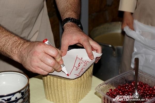 Владелец грузинского ресторана Олег Рыбкин подписывает порцию Вахтангу Кикабидзе