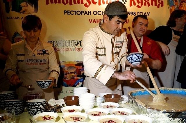 Повара постоянно перемешивали грузинское блюдо