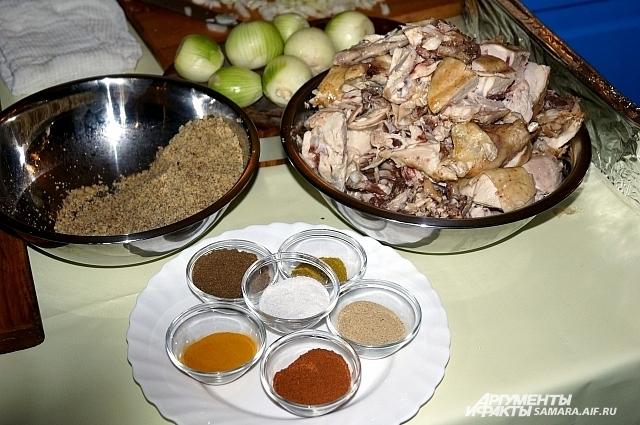 Специи, лук, грецкие орехи и курица - продукты, их которых готовиться сациви