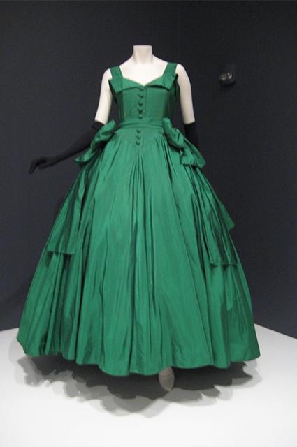Представленная Кристианом Диором коллекция 1947 года модными журналами того времени была названа «Новым взглядом» («New Look»). Обозреватели назвали представленный стиль «новым направлением в моде».