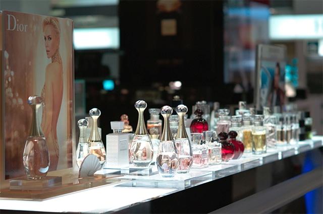 Ещё дооткрытия собственного Дома моды вПариже Кристиан Диор создал парфюмерную лабораторию, которую позже превратил водного излидеров индустрии— Christian Dior Parfume. Первым громким успехом стали женские духи Miss Dior, выпущенные в1947году.