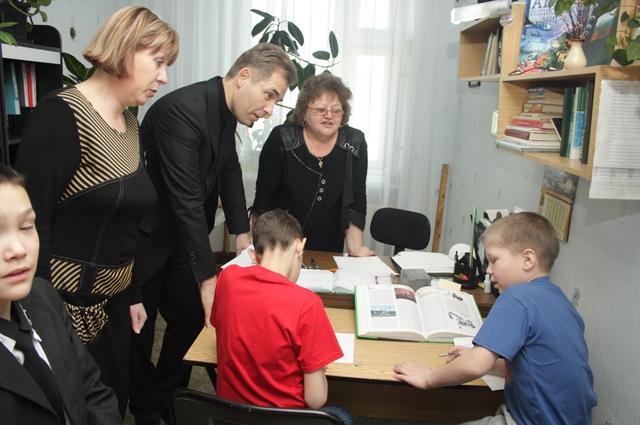 Астахов посмотрел как с детьми занимаются воспитатели.