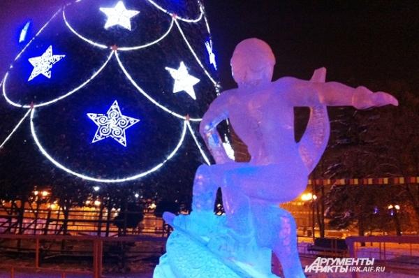 В сквере все еще можно посмотреть на поставленные к эстафете Олимпийского огня ледяные скульптуры спортсменов.