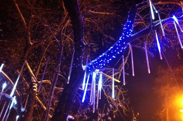 А это ледяной дождь - полюбившаяся иркутянам зимняя иллюминация.