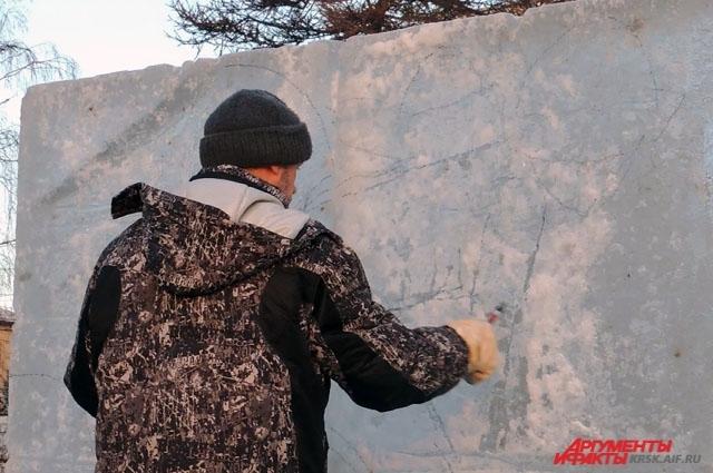 Скульптор Виктор Шаров делает набросок будущей скульптуры.