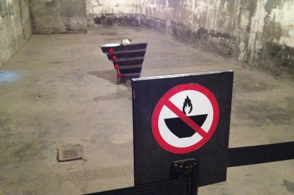 Позже камера и крематорий концлагеря были воссозданы из оригинальных деталей. В таком виде они представлены и сегодня в качестве памятника жестокости фашистов.