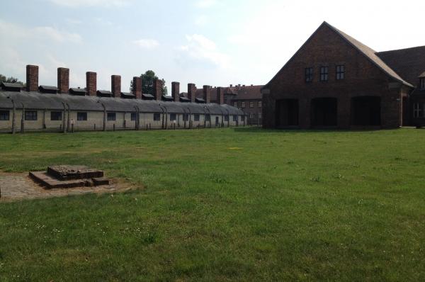 В общей сложности Аушвиц 1 состоял из 24 зданий. Позже к нему были присоединены ещё несколько бараков, выведенные впоследствии в блок Аушвиц 2.