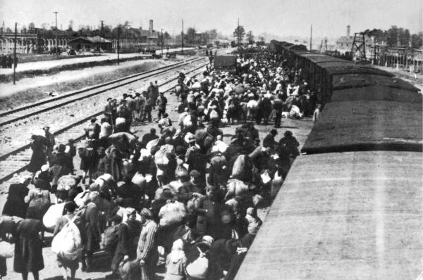 К маю 1942 года комплекс насчитывал уже три блока. Нацисты свозили сюда на поездах пленных со всей Европы.