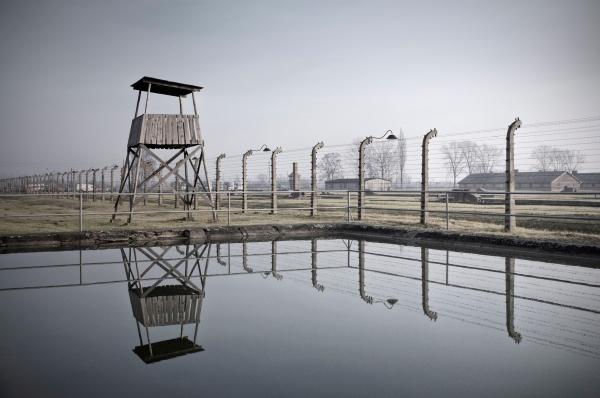 К 1945 году к этому месту начали подступать советские солдаты. Нацисты перед этим подготовили эвакуацию Освенцима. Они увезли пленников и подожгли 35 бараков.