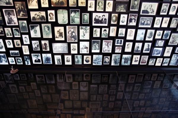В общей сложности в Освенциме погибли почти полтора миллиона человек. Эта трагедия остаётся самым жутким напоминанием о Холокосте и военных преступлениях фашистов во времена Второй Мировой войны.