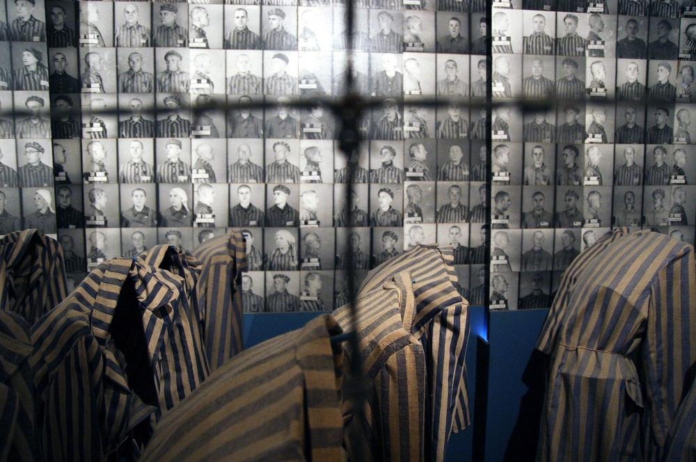 Также было обнаружено множество посланий заключенных из числа «зондеркоманд», спрятанных в ямах на местах захоронения праха из крематориев.