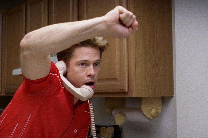Примерно с тем же успехом, но гораздо быстрее завершились похождения персонажа Брэда Питта в комедии «После прочтения сжечь» - непутёвого инструктора по фитнесу, который забрался в дом агента ЦРУ и наткнулся там на другого агента американской разведки.