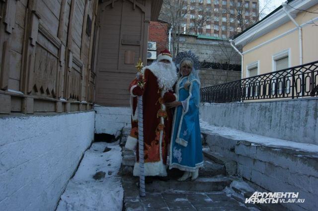 Вереница Дедов Морозов и Снегурочек дефилировала по Пушкинской.