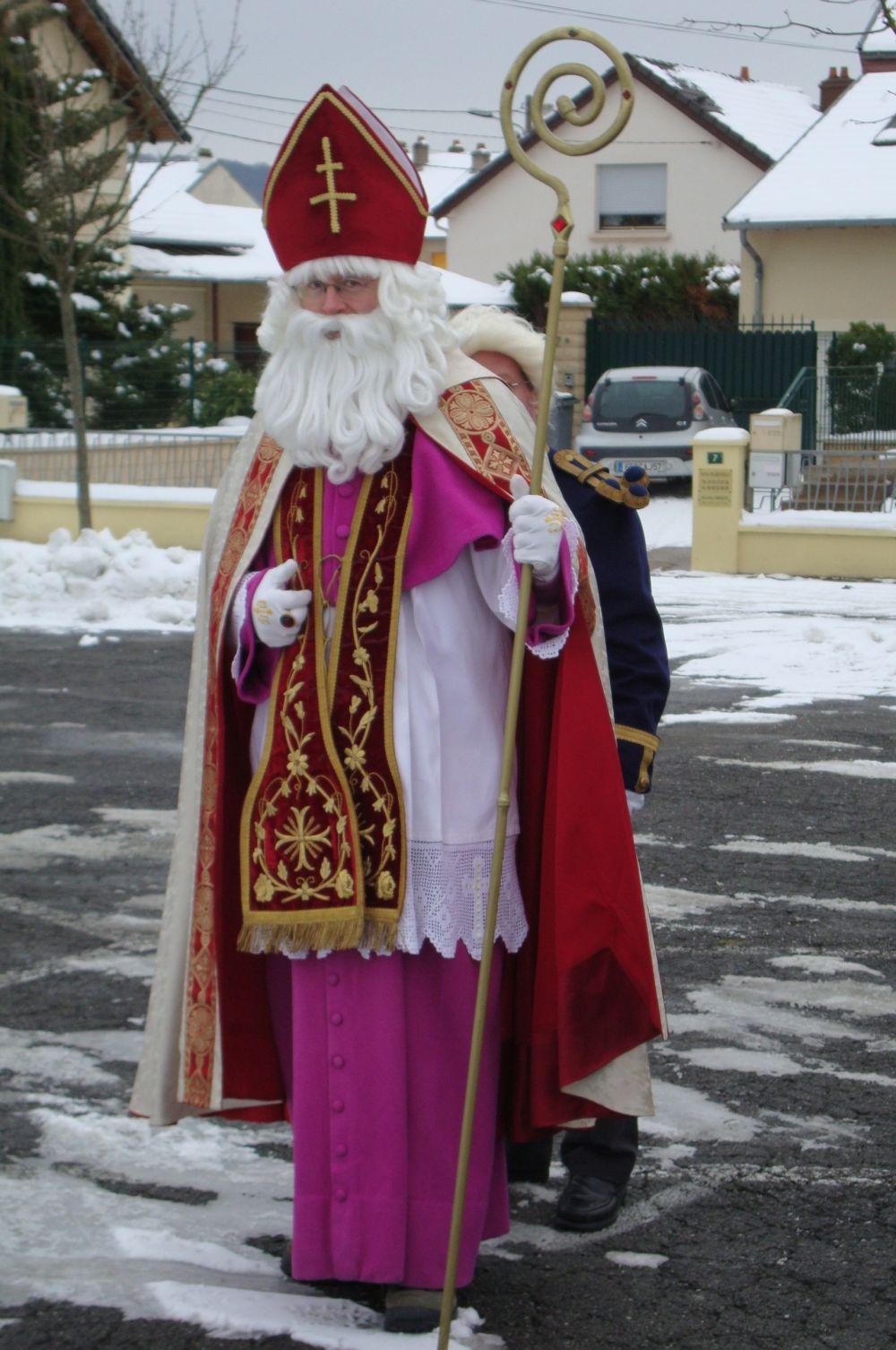 В католических странах на праздник Святого Николая прежде чем лечь спать дети готовят большие носки для подарков. Подобная практика распространена в большинстве западных стран.