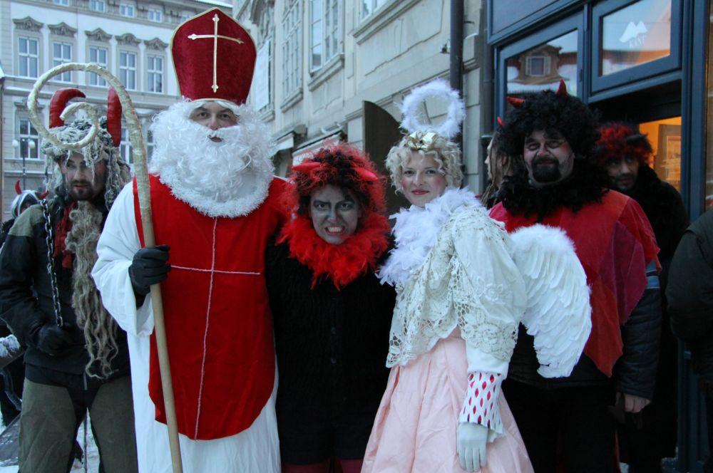 В Чехии и Словакии в этот день по улицам ходит ряженый Микулаш, которого сопровождают ангел и чёрт. Эта группа обходит дома в ночь с 5 на 6 декабря и раздают подарки.
