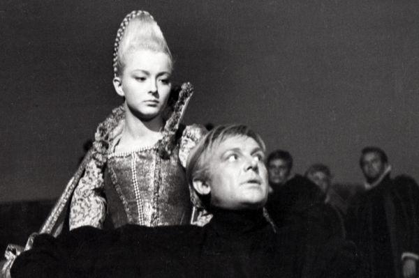 Зрители радушно приняли фильм, однако ряд критиков выразил мнение, что образу Офелии не хватало глубины. Тем не менее, со временем работа актрисы была оценена по достоинству, а тогда «Гамлет» принёс ей международную популярность.