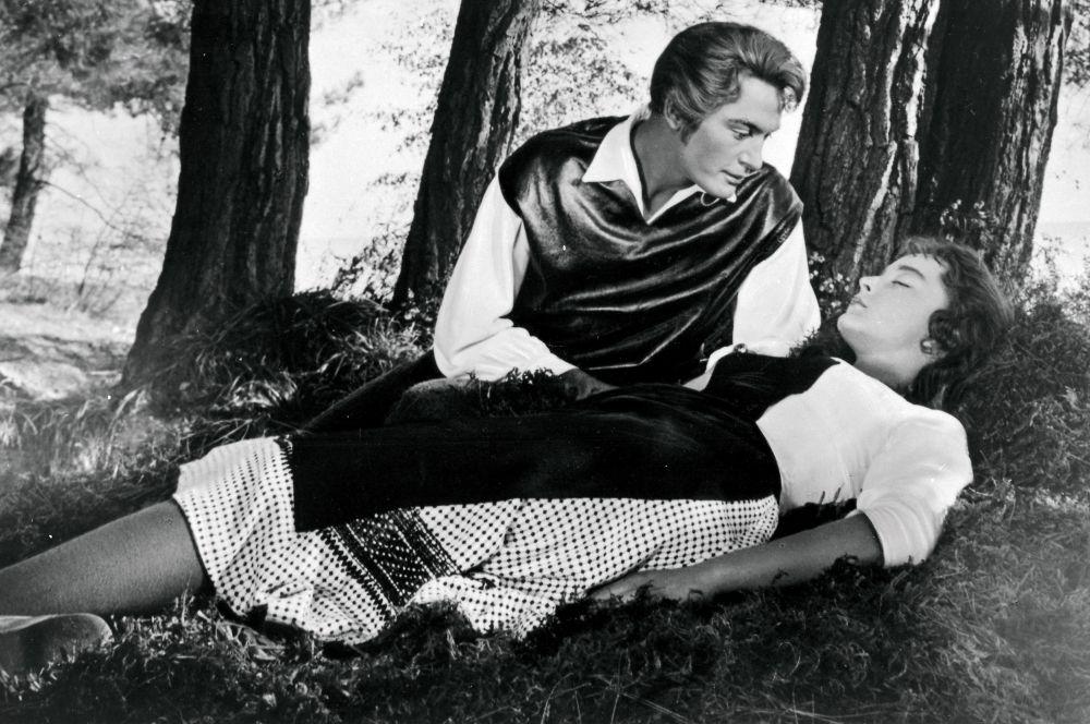 «Алые паруса» стали хитом, а сама Вертинская – звездой уже в 17 лет. Позже актриса заявила, что ненавидит это кино за то, что он «сделал её знаменитой и лишил возможности спокойно ходить по магазинам».