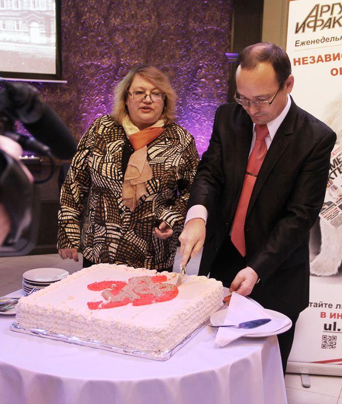 Именинный торт «АиФ» разделили между гостями главный редактор «АиФ в Ульяновске» Вера Матвеева и Председатель Редакционного Совета медиахолдинга «Мозаика» Расих Гатауллин.