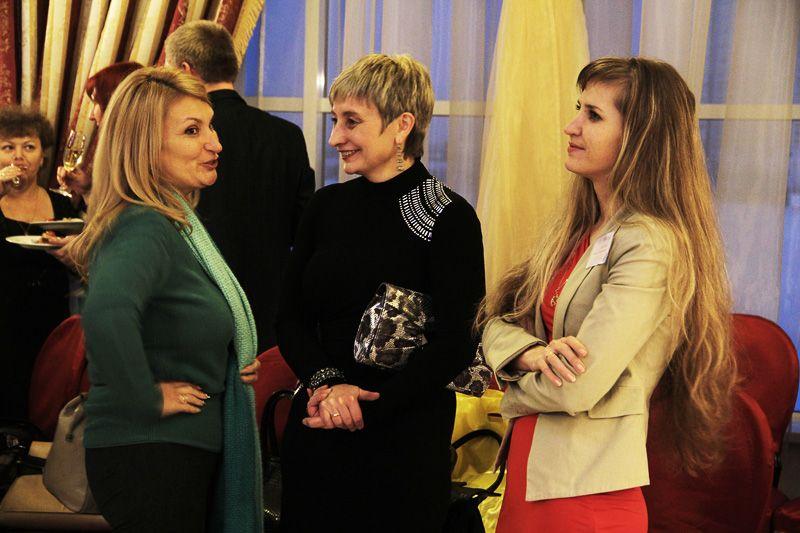 Зульфия Гатауллина и директор по маркетингу Ирина Аникина (справа) общаются с Ириной Арановской – старым партнёром холдинга.