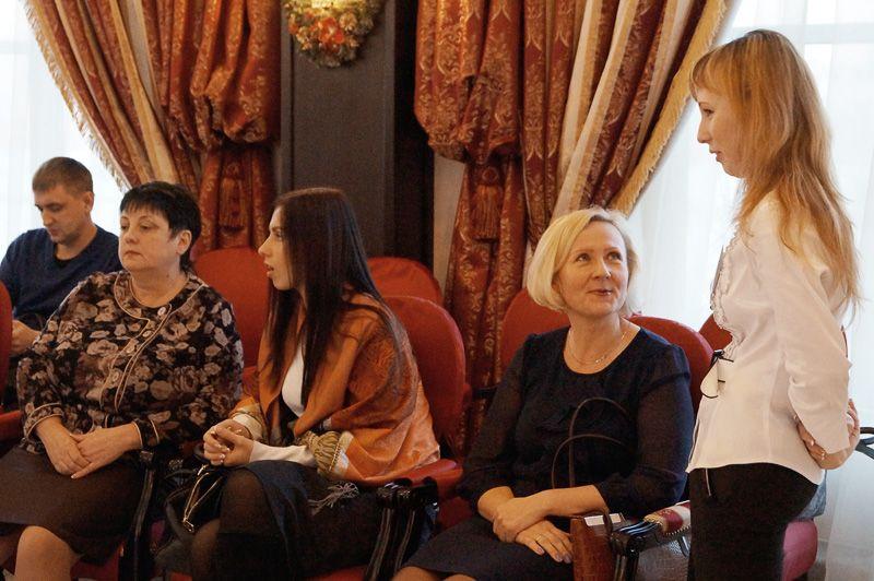 Гости обсуждают наиболее интересные страницы сборника вместе с менеджером Динарой Хайсаровой