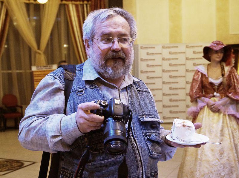 Обозреватель АиФ Сергей Юрьев отложил фотоаппарат, чтобы съесть, наконец-то, кусок именинного торта