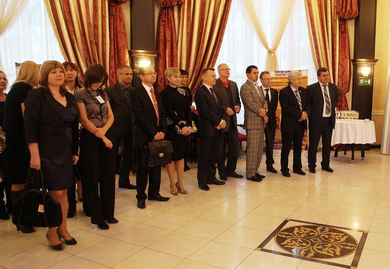 Гости и хозяева праздника в вип-зоне «Романовского». В ожидании главного слова