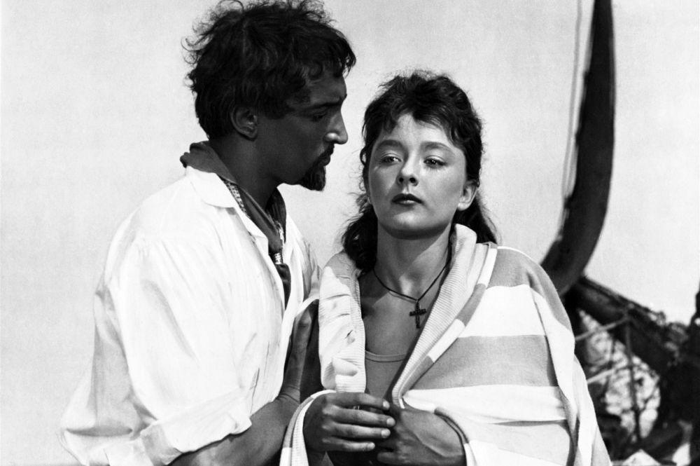 Позже в том же году на экраны вышел ещё один знаменитый фильм с Анастасией Вертинской в главных ролях – «Человек-амфибия». Актриса с энтузиазмом взялась за этот проект и ради съёмок научилась блестяще плавать.