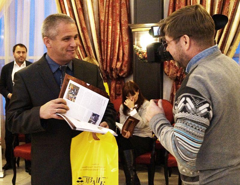 Алексей Чернов («Ульяновскводоканал») начал листать памятный сборник и знакомиться с ним сразу после вручения.