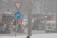 Обильный снегопад спровоцировал множество столкновений на улицах города.