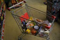 Продуктовые корзины перед Новым годом становятся всё полнее.