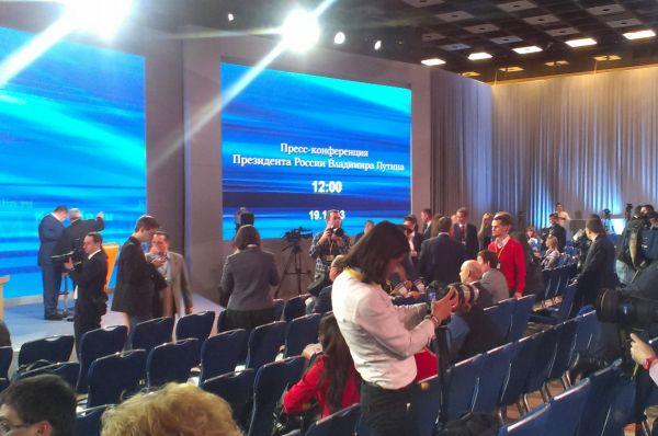 Журналисты начали собираться в зале задолго до начала пресс-конференции.