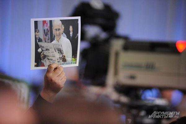 Некоторые поднимают вверх фотографии Владимира Путина.